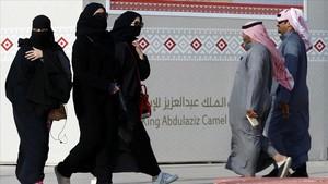 Jóvenes saudís con la abaya en Riad.