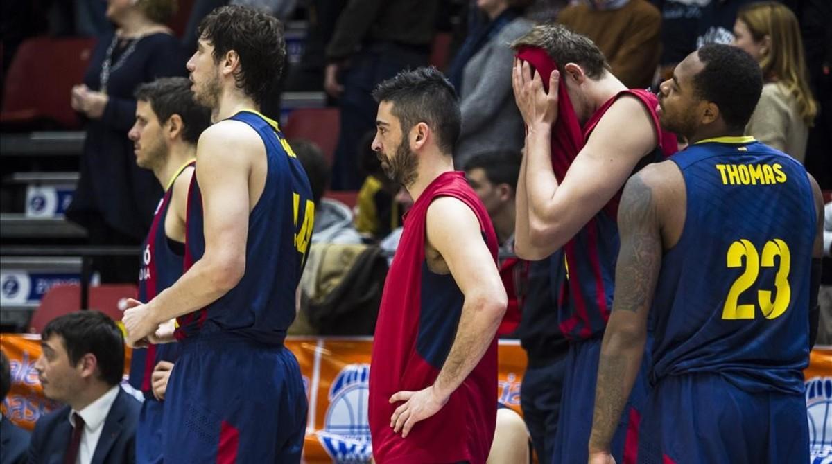 Navarro y otros jugadoresazulgranas lamentan la derrota sufrida en Valencia.