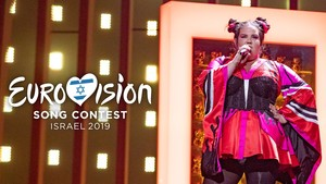 Netta, ganadora de Eurovisión 2018, sobre el escenario del Altice Arena de Lisboa.
