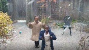 El emotivo vídeo de dos niños refugiados viendo nevar por primera vez
