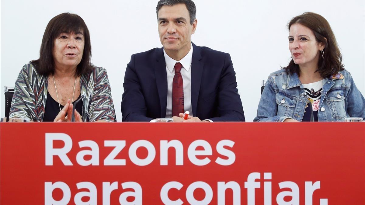 El presidente Pedro Sánchez, junto a Cristina Narbona y Adriana Lastra.