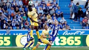 Olunga despeja un balón en el área del Girona ante Muniesa y Guidetti en Mendizorroza.