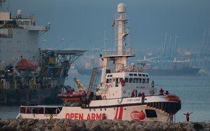 El buque Open Armsa su llegada al puerto de Crinavis de San Roque,en la Bahía de Algeciras (Cádiz)con más de 300 inmigrantes a bordo rescatados en el Mediterráneo.