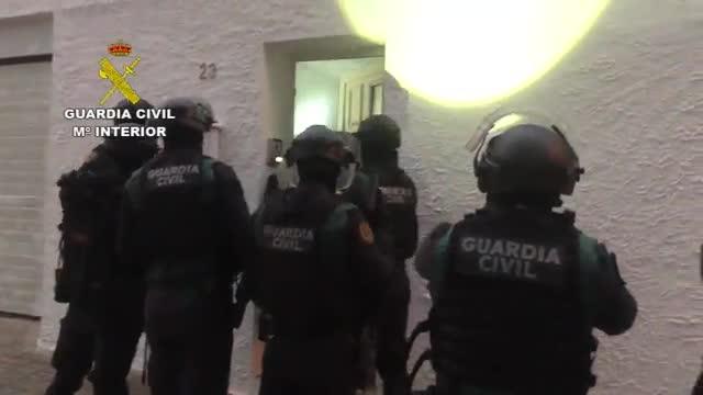 Diversos momentos de los registros realizados por la Guardia Civil en chalés de nueve localidades de Barcelona y Tarragona para el desmantelamiento de una importante red narco.
