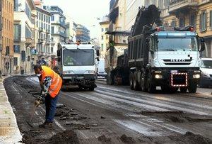 Un operario reforma la calzada en la Piazza San Babila, en Milán, este lunes.