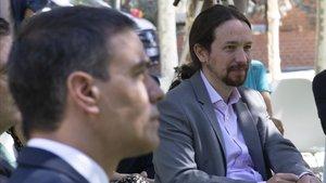 Pablo Iglesias y Pedro Sánchez, en los jardines del Palacio de la Moncloa