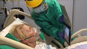 Una paciente con covid-19 ingresada en el hospital Josep Trueta de Girona hace una videollamada con un familiar