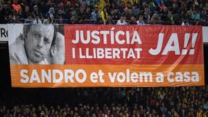 Pancarta en el Camp Nou reclamando la libertad de Sandro Rosell