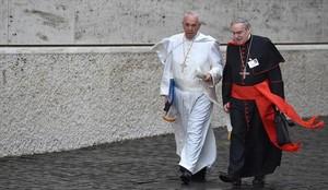 El Papa habla con el cardenal Lluís Martínez Sistach, ayer en el Vaticano.