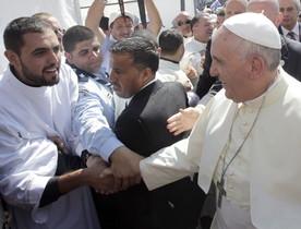El Papa saluda un jove capellà, aquest dissabte, abans de la missa a l'estadi d'Amman.
