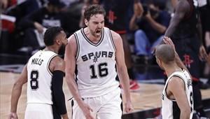 Pau Gasol junto a Tony Parker y Patty Mills durante el segundo encuentro Spurs-Rockets.