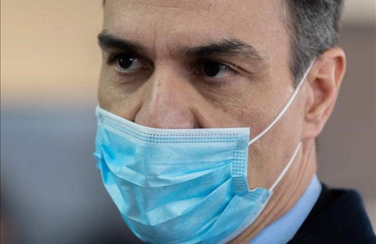 El presidente del Gobierno, Pedro Sánchez, el viernes, durante una visita a una fábrica que hace respiradores, en Móstoles.