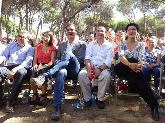 Pedro Sánchez, al costat del candidat del PSC, Miquel Iceta, l'alcaldessa de Gavà, Raquel Sánchez, i el president del partit, Àngel Ros, a la Festa de la Rosa, a Gavà.