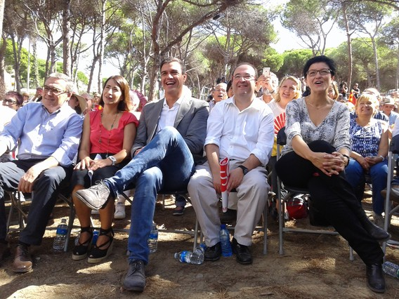 Pedro Sánchez, junto al candicato del PSC, Miquel Iceta, la alcaldesa de Gavà, Raquel Sánchez y el presidente del partido, Àngel Ros, en la Festa de la Rosa, en Gavà.