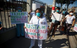 Personal médico en Perú protesta durante la pandemia de COVID-19.