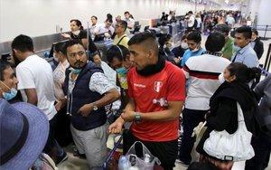Ciudadanos peruanos afectados por el cierre de fronteras en su país.