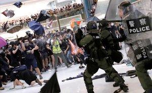 La policía antidisturbios trata de dispersar a activistas hongkoneses que protestan contra el Gobierno chino.