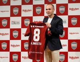 Andrés Iniesta muestra su futura camiseta.