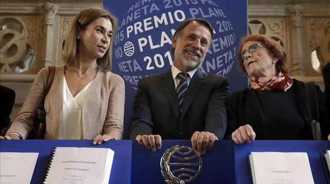 El presidente del Grupo Planeta, Josep Creuheras, flanqueado por Carmen Posadas y Rosa Regas, dos miembros del jurado.