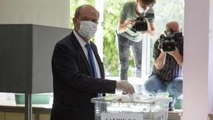 El primer ministro turcochipriota,Ersin Tatar, deposita su voto.