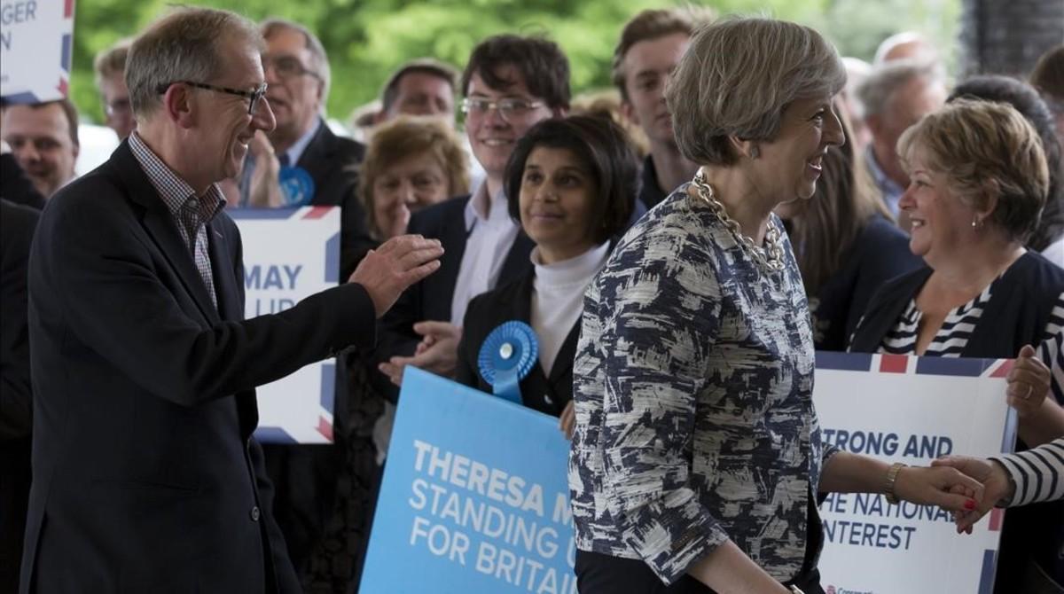 La primera ministra britanica y lider del Partido Conservador,Theresa May,saluda a sus partidarios a su llegada a unacto de campaña.