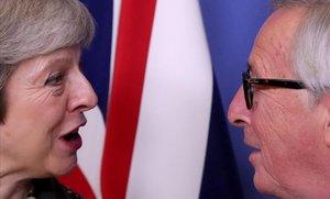 La primera ministra británica, Theresa May, y elpresidente de la Comisión Europea, Jean-Claude Juncker,en un encuentro en Bruselas el pasado diciembre.