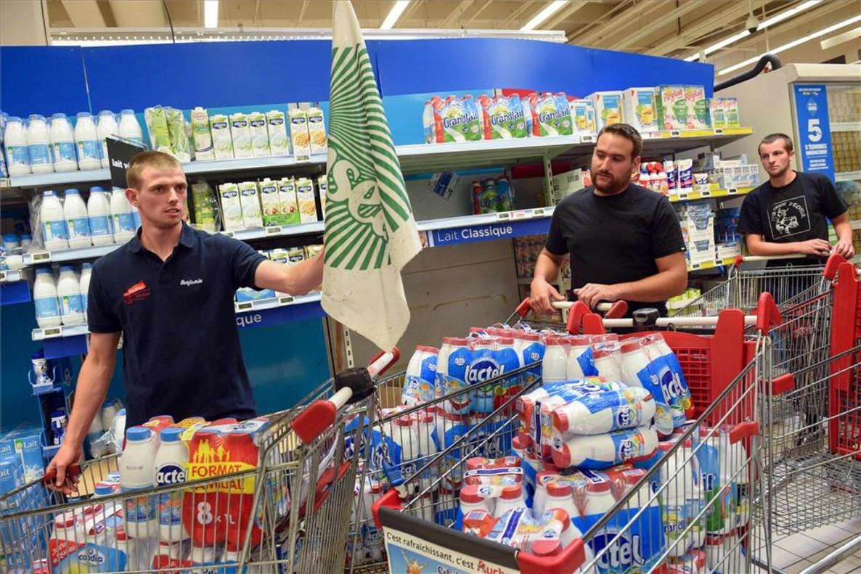 Protesta de ganaderos franceses contra Lactalis en un supermercado.