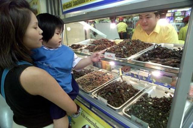Un puesto de insectos en un mercado de Bangkok, en Tailandia.