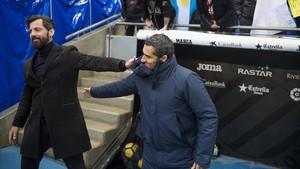 Quique Sánchez Flores y Ernesto Valverde se saludan antes de empezar el derbi.