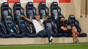 Quique Setién y Eder Sarabia, su ayudante, en el banquillo de La Cerámica, durante el Villarreal-Barça.