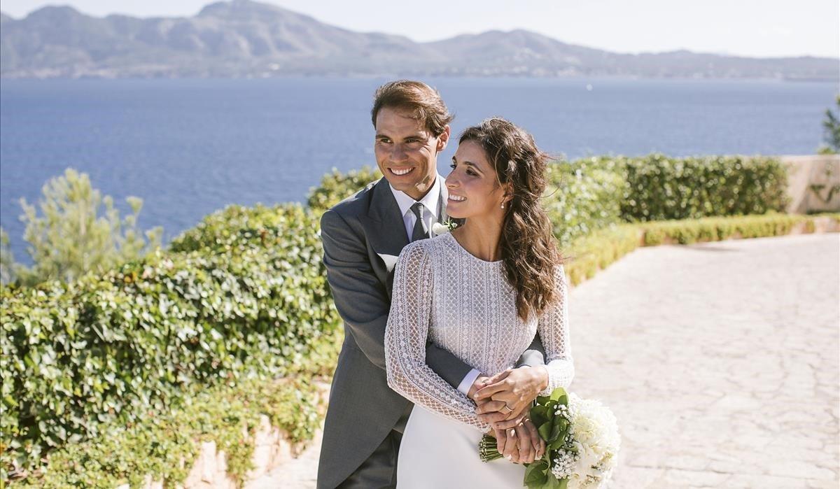 Rafa Nadal y Mery Perelló posan, en su boda, con la bahía del Port de Pollença al fondo.