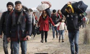 Refugiados e inmigrantes se dirigen a la frontera turco-griega para intentar acceder a Europa, en Edirne (Turquía), este domingo.