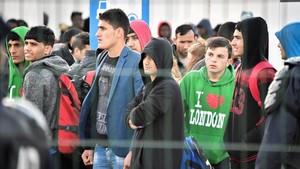 Un grupo de jóvenes inmigrantesen el 2016 en el campamento de refugiados de Calais, ya desmantelado.