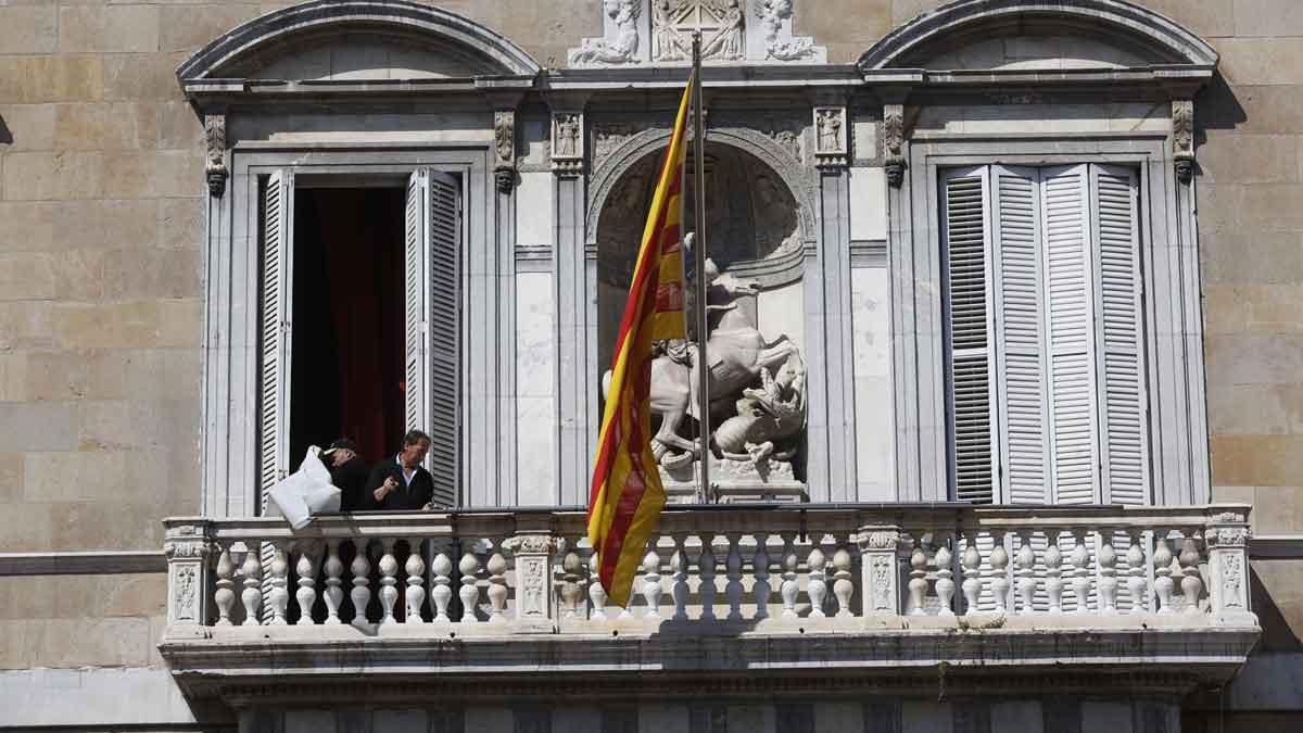 Retirada de las pancartas y los lazos de la fachada de la Generalitat.