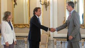 El Rey Felipe VI y el presidente de Barcelona Global, Pau Guardans, se saludan en Barcelona.