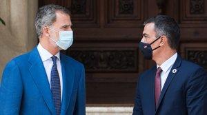 El rey Felipe VI y el presidente Pedro Sánchez, antes de reunirse en el palacio de Marivent de Palma, este miércoles 12 de agosto.