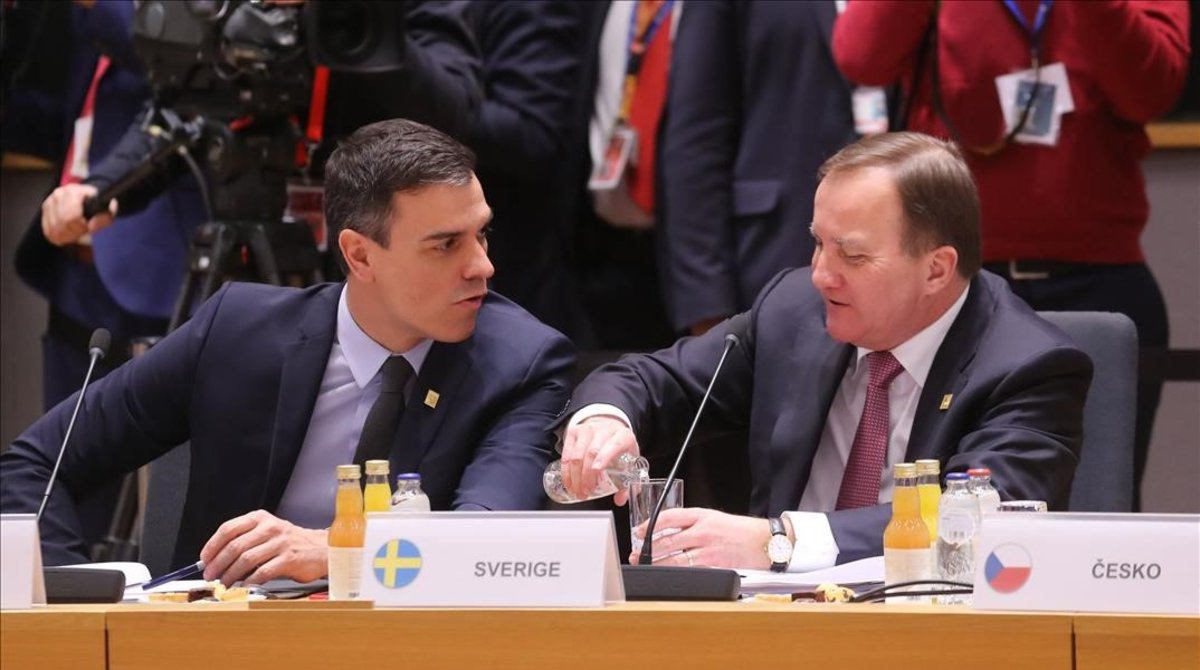 Pedro Sánchez conversa con el primer ministro suecoStefan Lofven durante una cumbre europea en Bruselas el pasado mes de febrero.