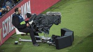 Un camára de televisión graba en un partido del Camp Nou.
