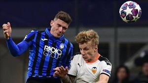 Gosens, del Atalanta, y Wass, del Valencia, pugnan por un balón en el duelo de Champions en Milán.