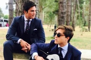 Santi Trillo, con gafas de sol, junto a uno de sus primos, también componente de Modo Avión.