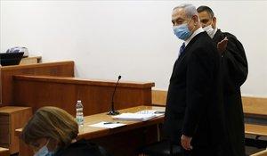 Netanyahu, en la sala del juicio, en primer término.