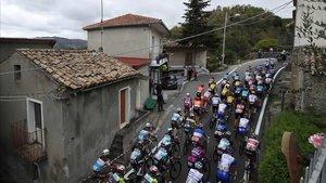 El pelotón del Giro, tras abandonar Sicilia, durante la quinta etapa.