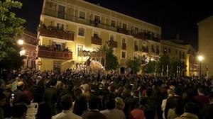 Balcones llenos de gente al paso de la procesión de la hermandad de Los Gitanos, en la Semana Santa sevillana del 2014.