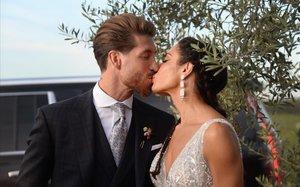 Sergio Ramos y Pilar Rubio se besan durante su boda, este sábado.