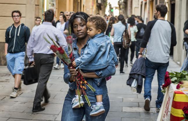 Una mujer con disfruta de la diada con su hijo, en el carrer Tallers de Barcelona.