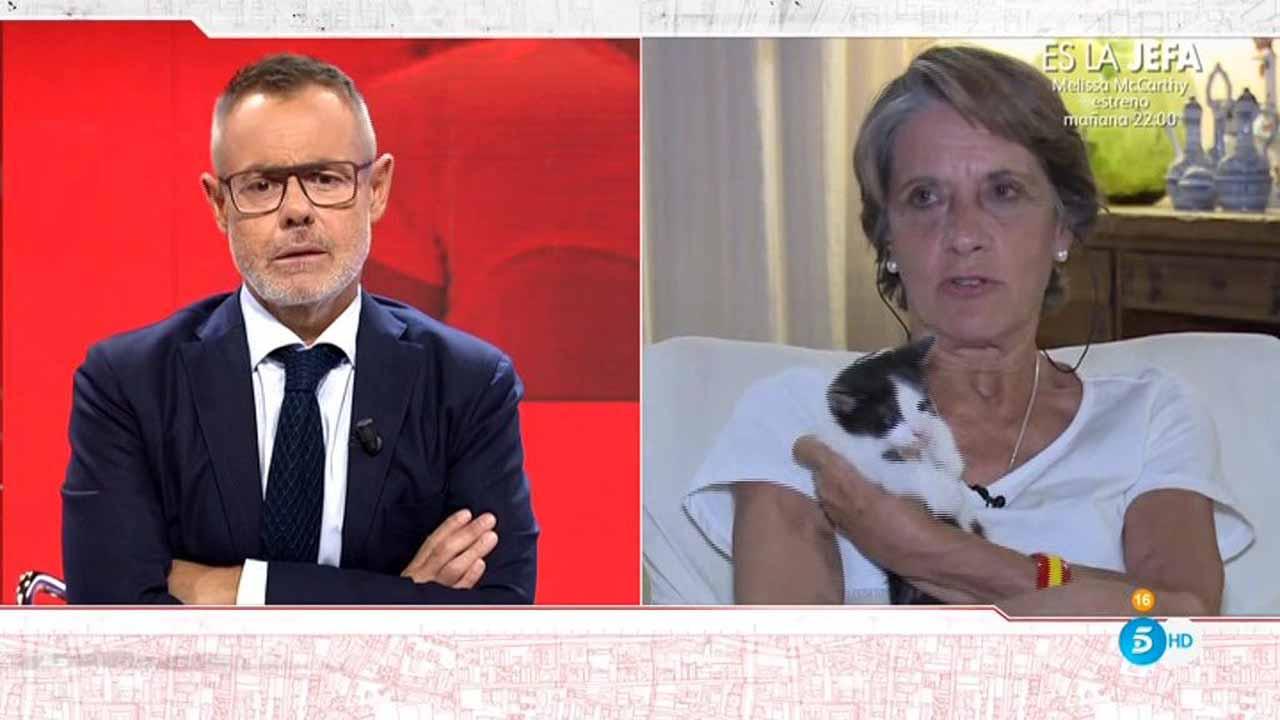 Pilar Gutiérrez, con su gato en Tele 5.