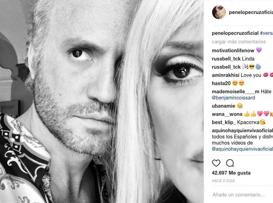 Penélope Cruz, que interpreta a Donatella en el filme sobre el asesinato de Gianni Versace, se ha sumado al homenaje al diseñador.