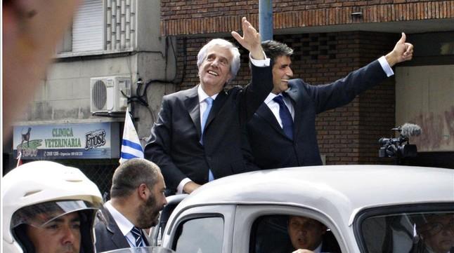 Tabaré Vázquez (izq) y el vicepresidente, Raúl Sendic, de camino a la plaza de la Independencia, este domingo en Montevideo.
