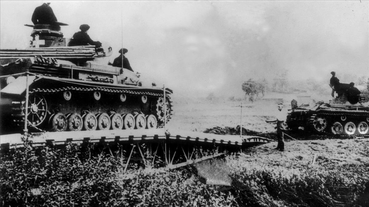 Tanques alemanes en septiembre de 1939, cruzando un río en territorio polaco.