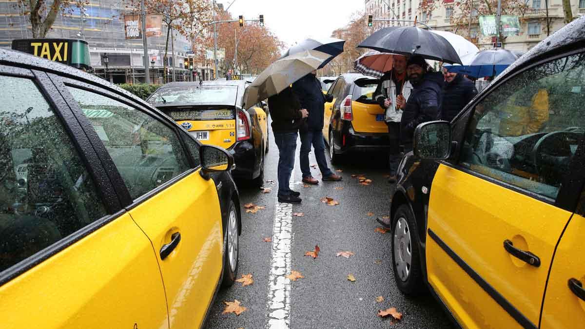 Taxistas de Barcelona inician el tercer día de huelga.